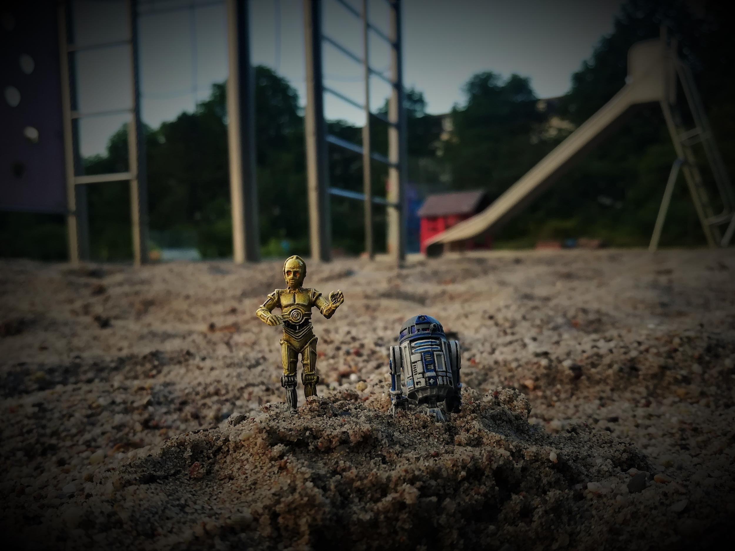 C3PO-R2D2-Sand.jpg.b3650cd58b215526f7c54ea2b7074267.jpg
